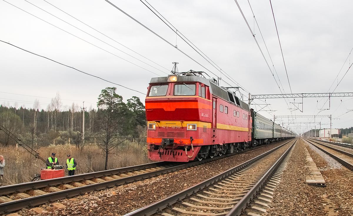 Электровоз ЧС2Т-1050 с пассажирским поездом на станции Решетниково