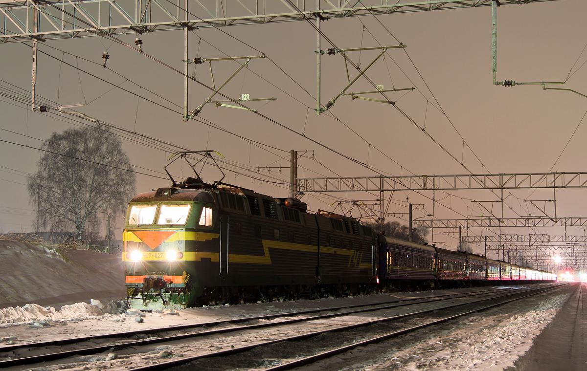 Электровоз ЧС7-027 с поездом Санкт-Петербург - Донецк на станции Завидово