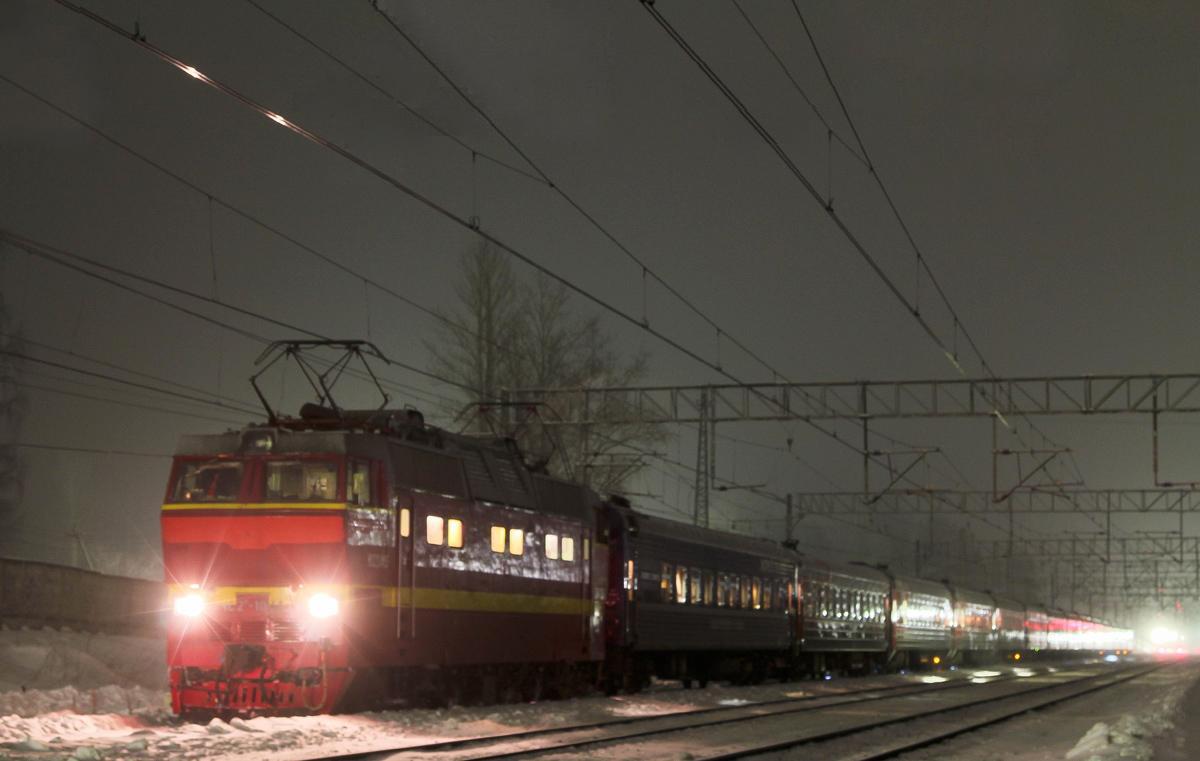 Электровоз ЧС2Т-1041 с пассажирским поездом на станции Завидово