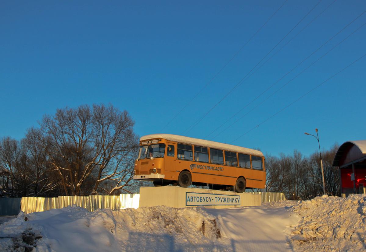 Автобус-памятник ЛиАЗ-677М в Волоколамске