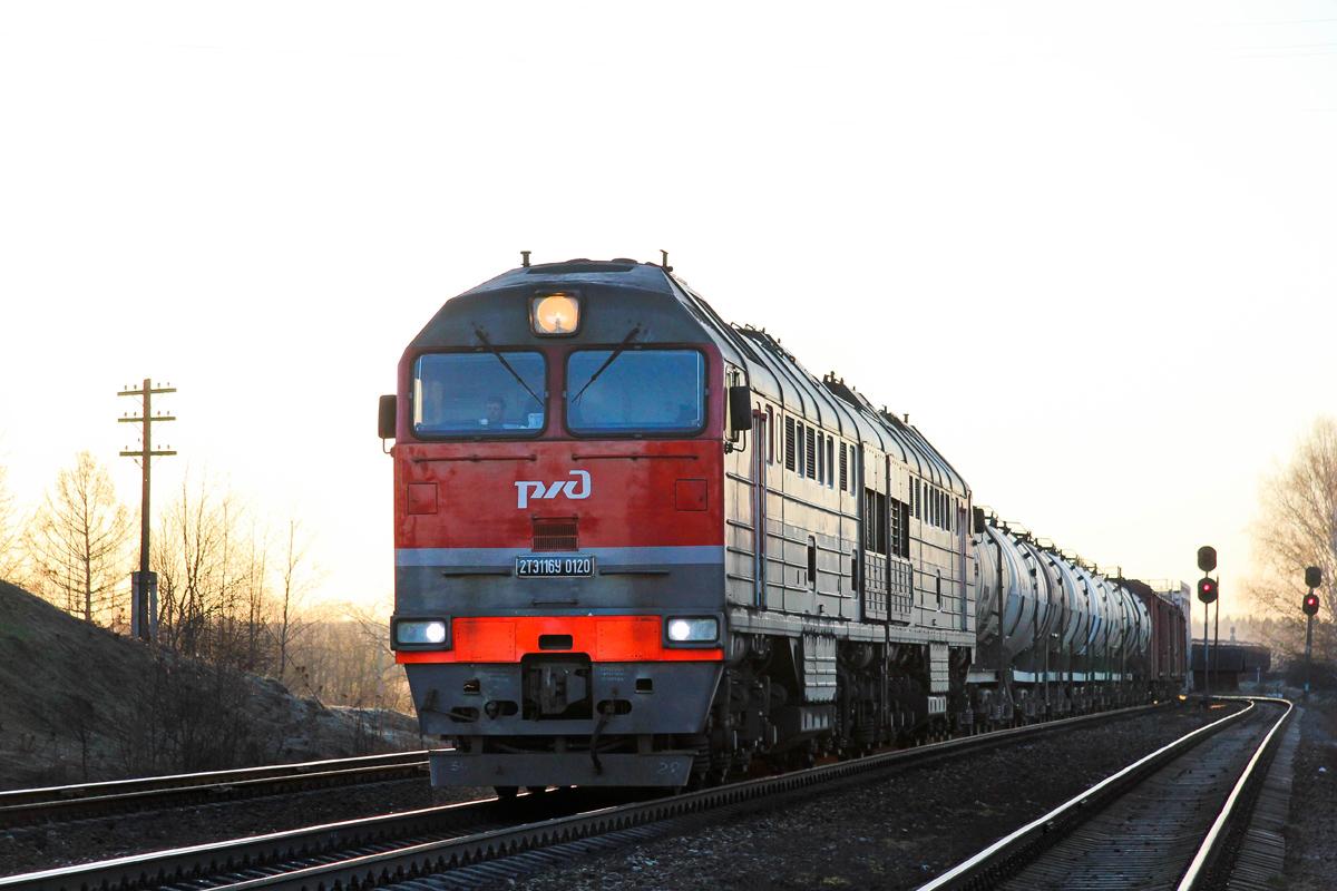 Тепловоз 2ТЭ116У-0120 с грузовым поездом на ст. Мста