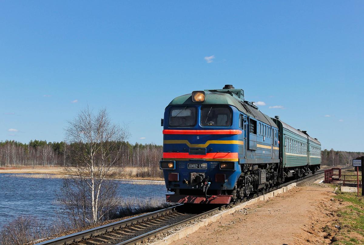 Тепловоз М62-1789 с пригородным поездом прибывает к о.п. Кафтино озеро