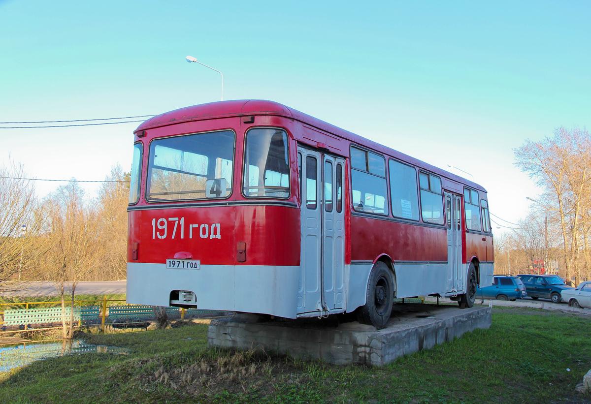 ЛиАЗ-677 на постаменте в городе Вышний Волочёк