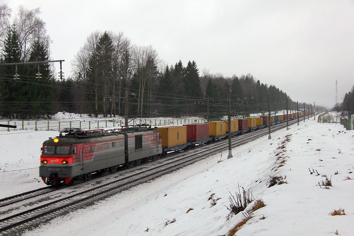 Электровоз ВЛ10-1119 с контейнерным поездом на перегоне Спирово - Калашниково