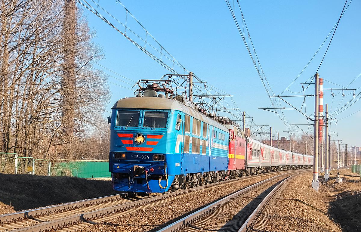 Электровоз ЧС6-024 с перегоняемым электровозом ЧС2Т и пассажирским поездом на перегоне Клин - Решетниково