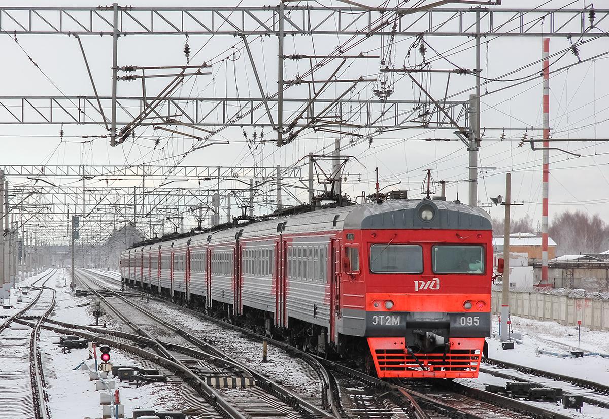 Электропоезд ЭТ2М-095 на станции Редкино