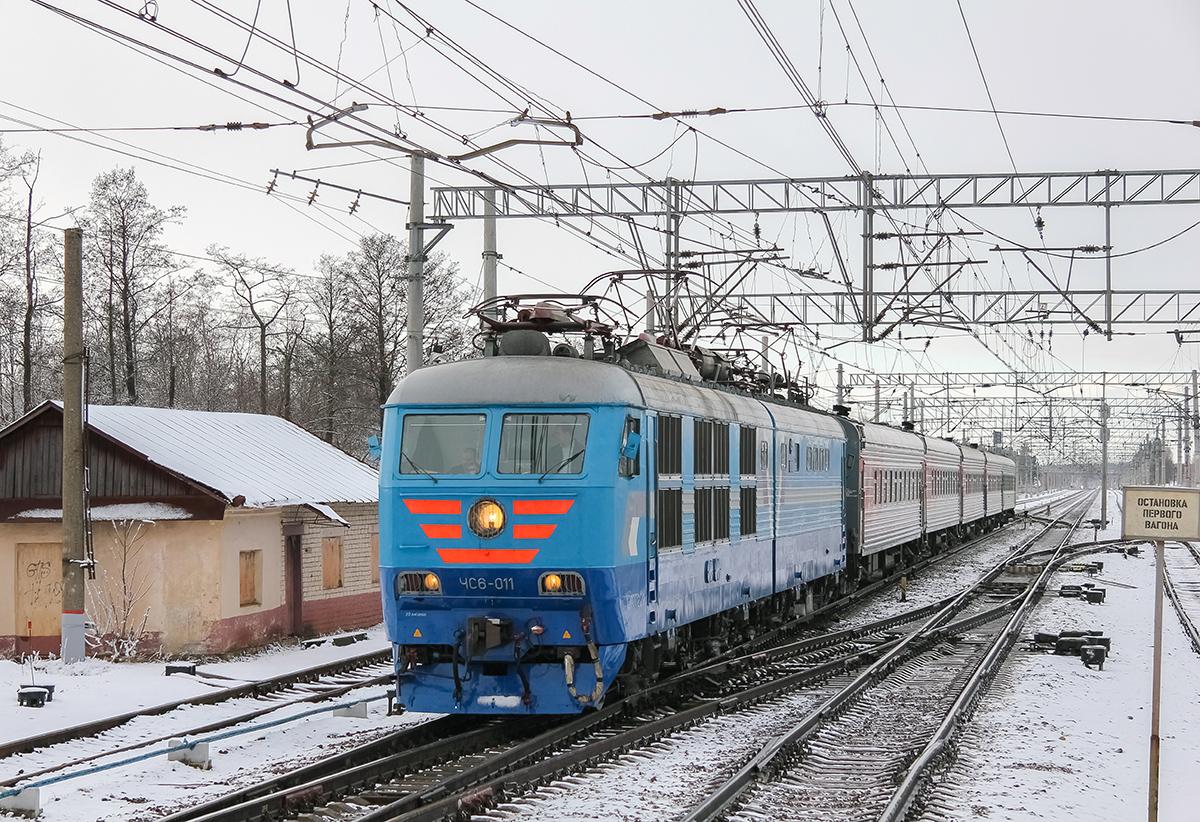 Электровоз ЧС6-011 во главе пассажирского поезда проследует станцию Редкино