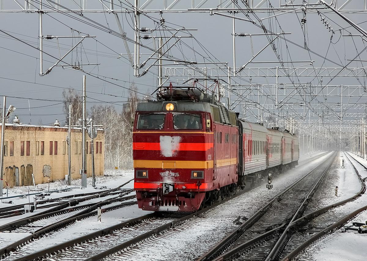 Электровоз ЧС2Т-1015 во главе поезда Москва - Осташков/Боровичи проследует станцию Редкино