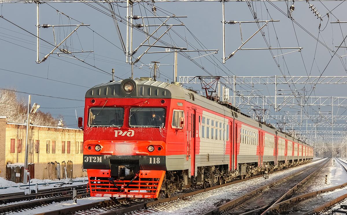 Электропоезд ЭТ2М-118 на станции Редкино