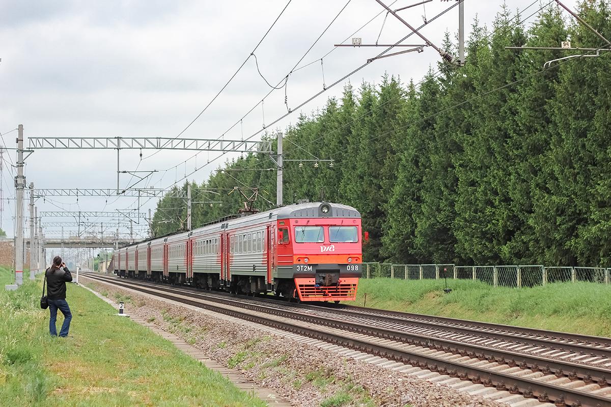 Электропоезд ЭТ2М-098 прибывает к платформе Кулицкая, перегон Дорошиха - Лихославль