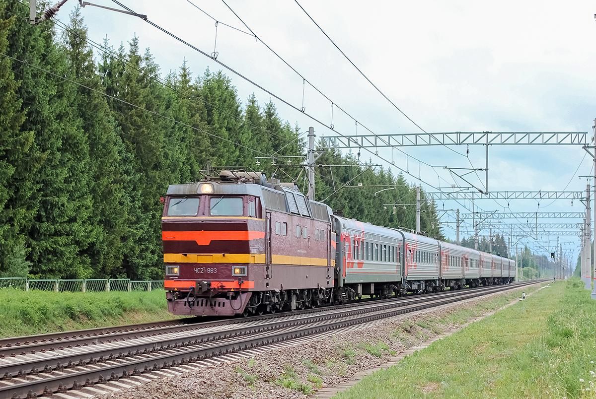 Электровоз ЧС2Т-983 с пассажирским поездом на перегоне Дорошиха - Лихославль