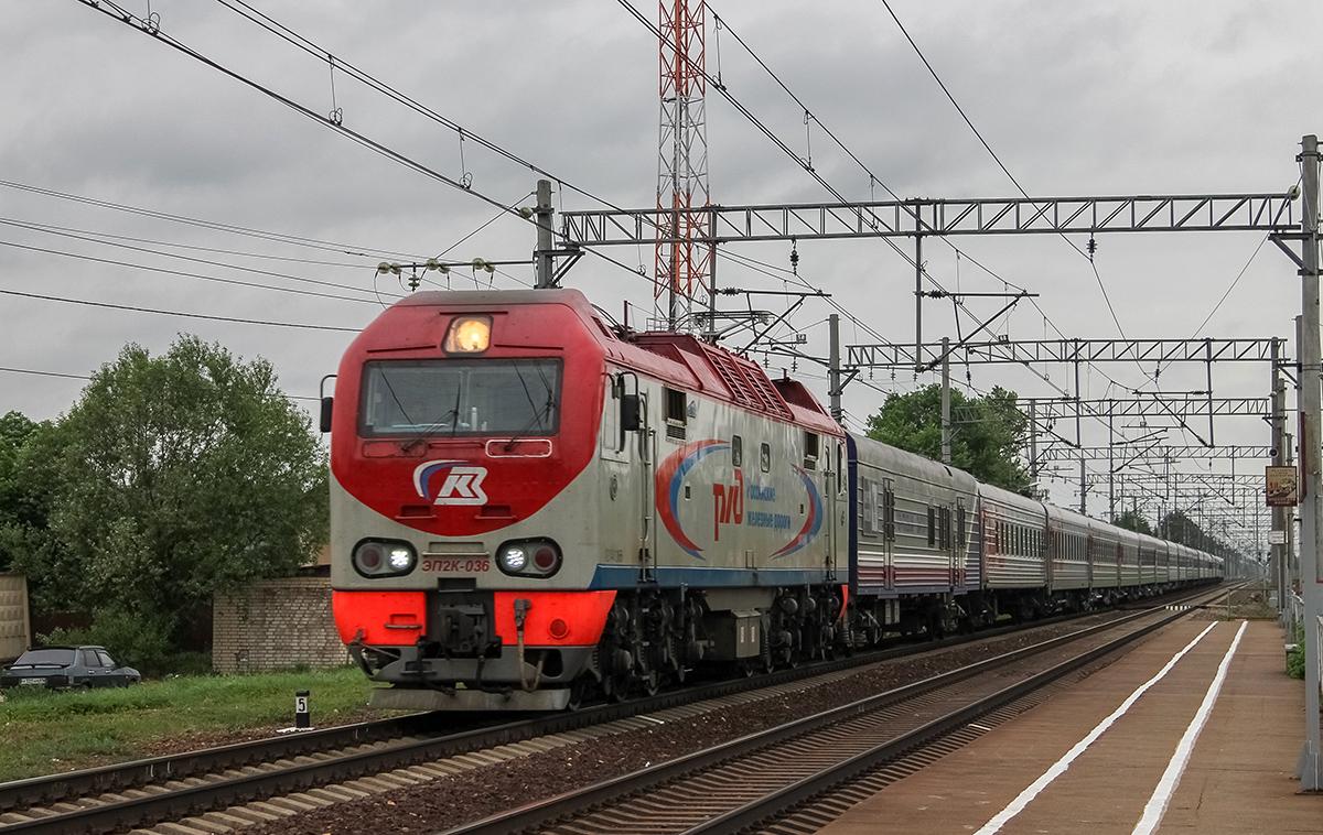 Электровоз ЭП2К-036 с пассажирским поездом, на перегоне Лихославль - Дорошиха