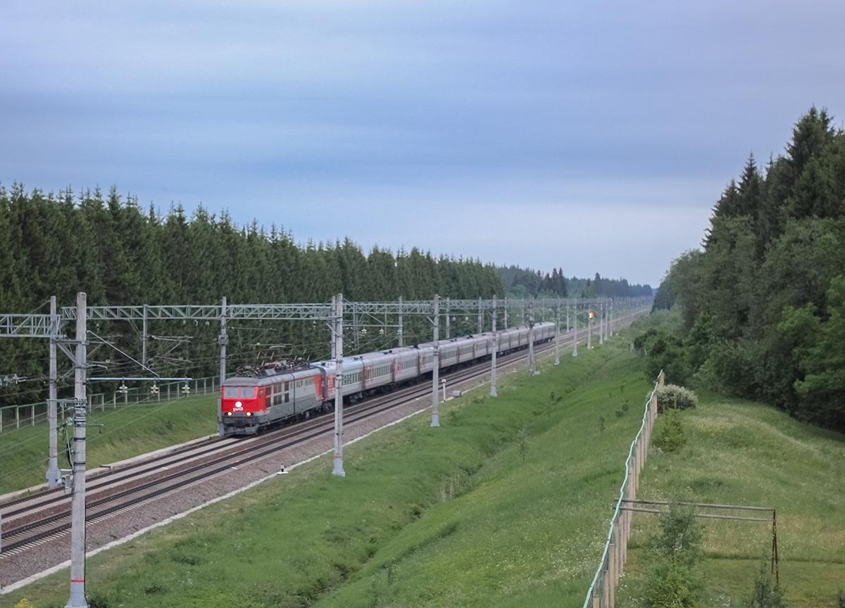 Электровоз ЧС6 с пассажирским поездом в окрестностях платформы Кулицкая, перегон Дорошиха - Лихославль