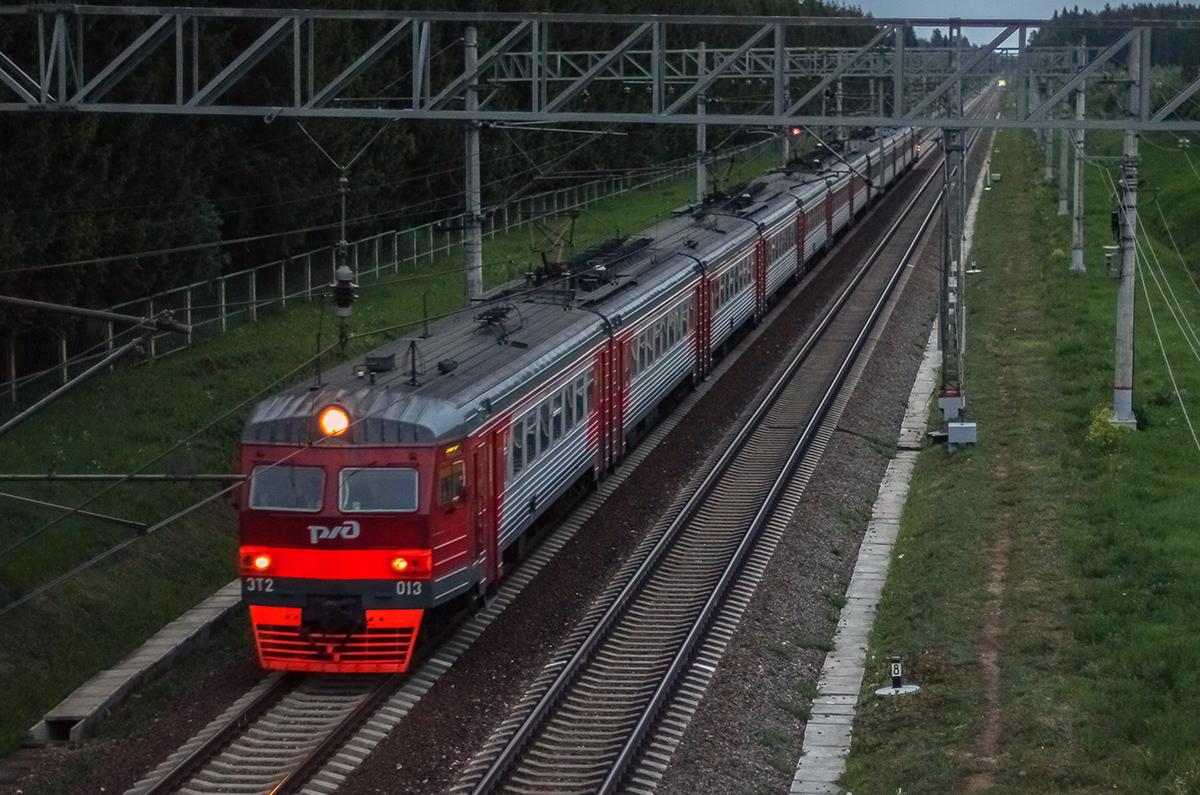 Электропоезд ЭТ2-013 близ платформы Кулицкая, перегон Дорошиха - Лихославль
