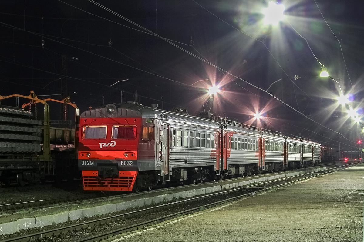 Электропоезд ЭТ2М-8032 на станции Торжок