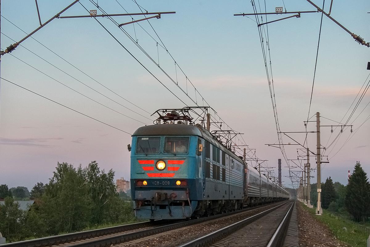 Электровоз ЧС6-008 в голове поезда на перегоне Клин - Решетниково