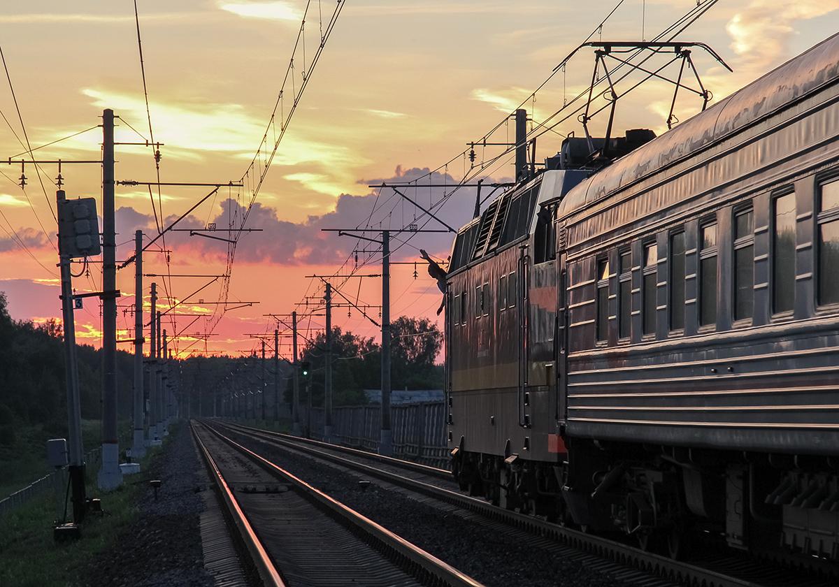Электровоз ЧС2Т-986 в голове поезда на перегоне Клин - Решетниково