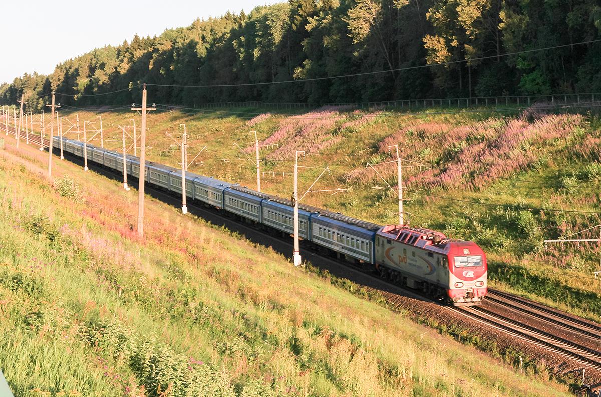 Поезд Ташкент - Санкт-Петербург под тягой электровоза ЭП2К-033, перегон Подсолнечная - Клин