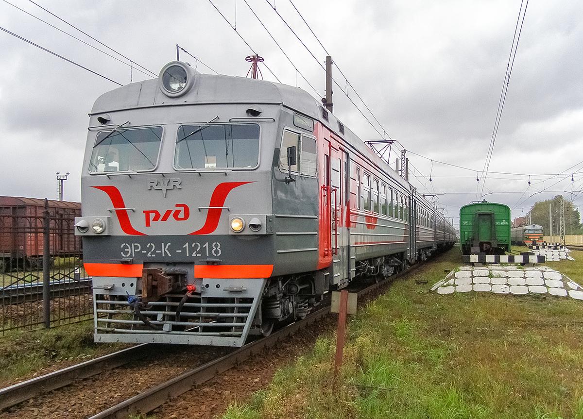Электропоезд ЭР2К-1218 с головным вагоном ЭР2-103401 в депо Санкт-Петербург-Балтийский