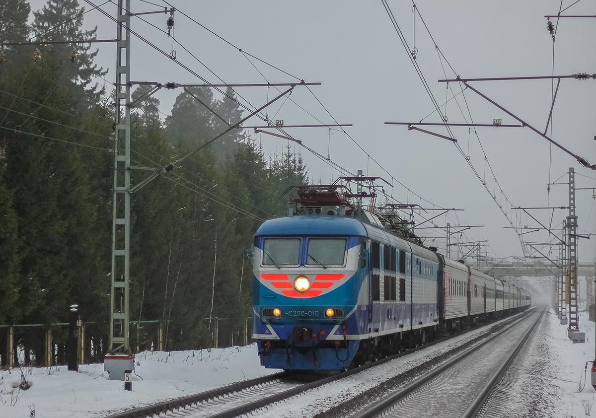 Электровоз ЧС200-010 во главе поезда на перегоне Лихославль - Дорошиха