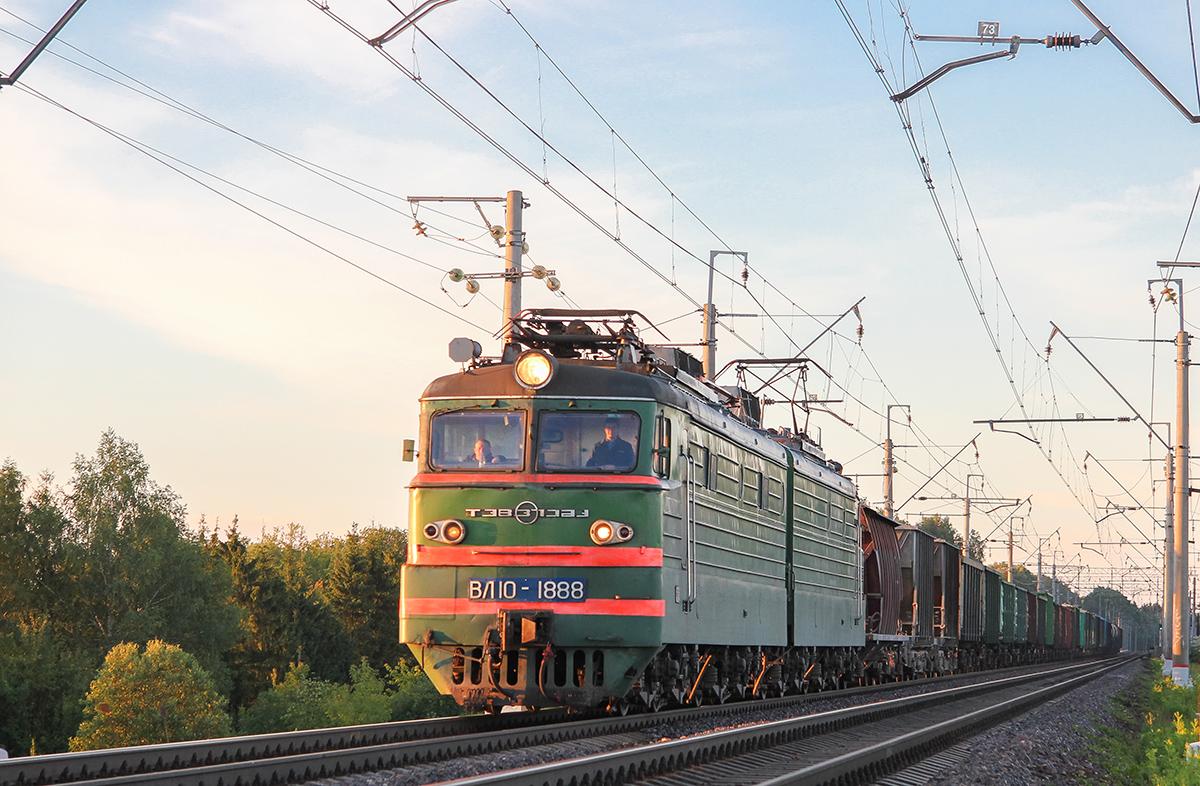 Электровоз ВЛ10-1888 в голове грузового поезда, перегон Подсолнечная - Клин