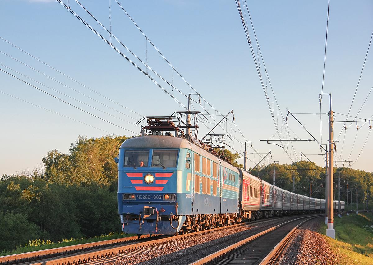 """Электровоз ЧС200-003 с поездом """"Две столицы"""""""