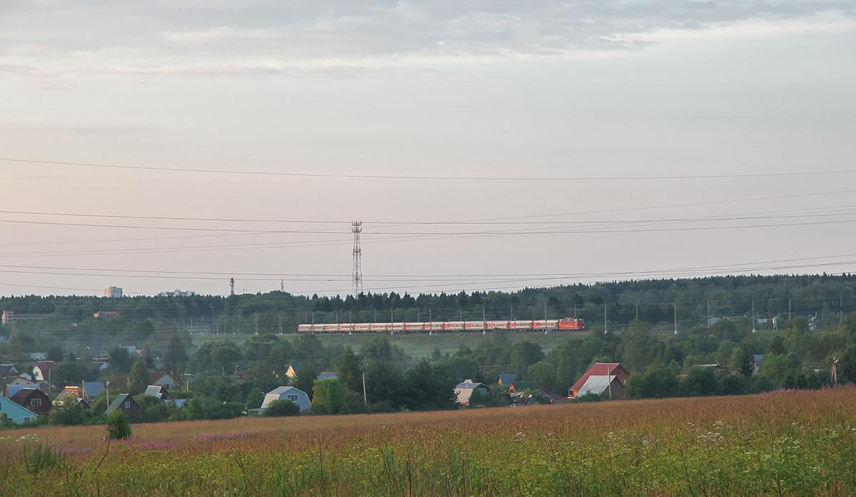 Электровоз ЧС2Т с поездом близ платформы Сенеж, перегон Подсолнечная - Клин