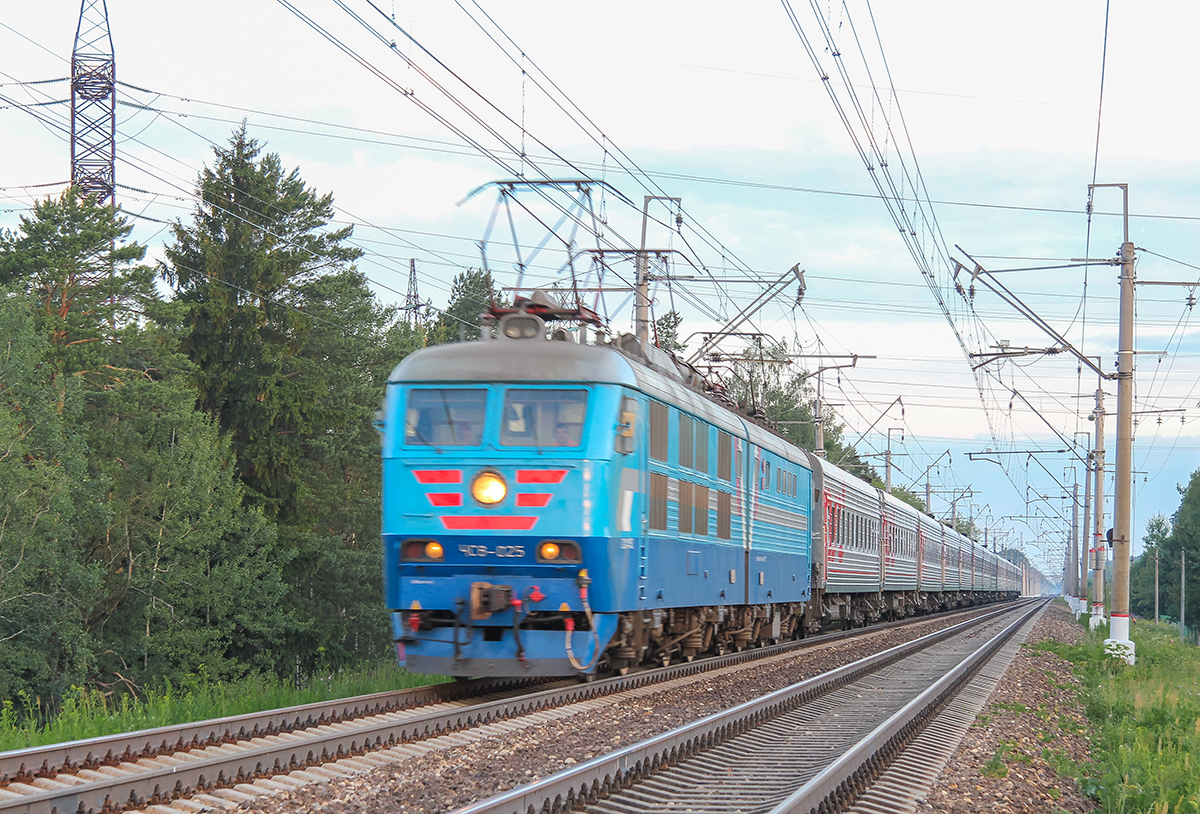 Электровоз ЧС6-025 с поездом близ платформы Сенеж, перегон Клин - Подсолнечная