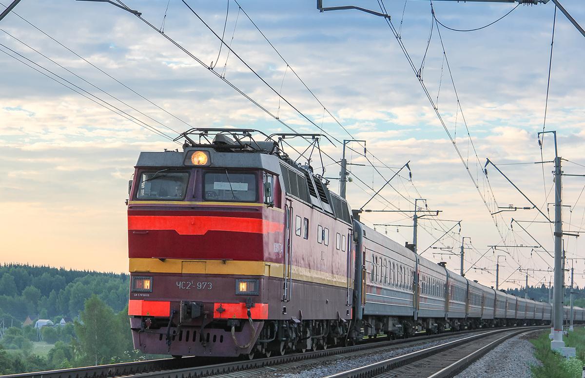 Электровоз ЧС2Т-973 с пассажирским поездом близ платформы Сенеж, перегон Подсолнечная - Клин