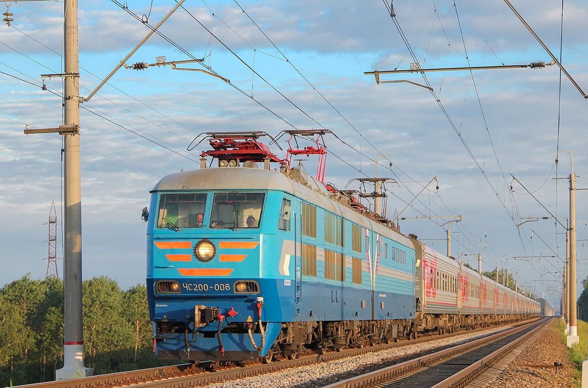 Электровоз ЧС200-006 с поездом близ платформы Сенеж, перегон Клин - Подсолнечная