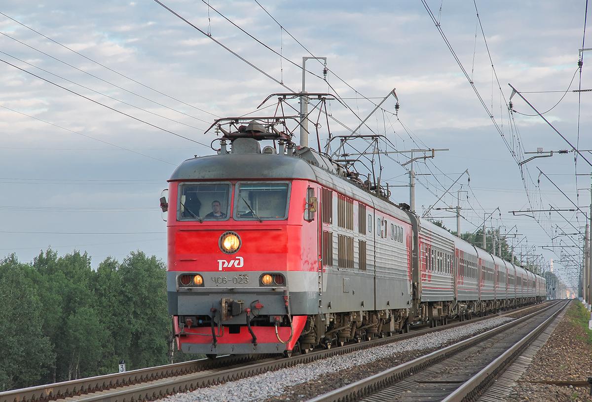 Электровоз ЧС6-023 с поездом близ платформы Сенеж, перегон Клин - Подсолнечная