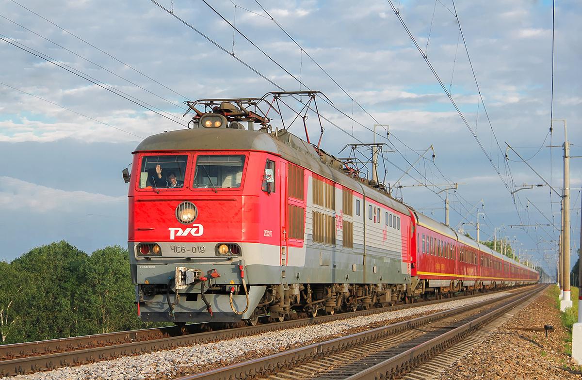 Электровоз ЧС6-019 с поездом близ платформы Сенеж, перегон Клин - Подсолнечная