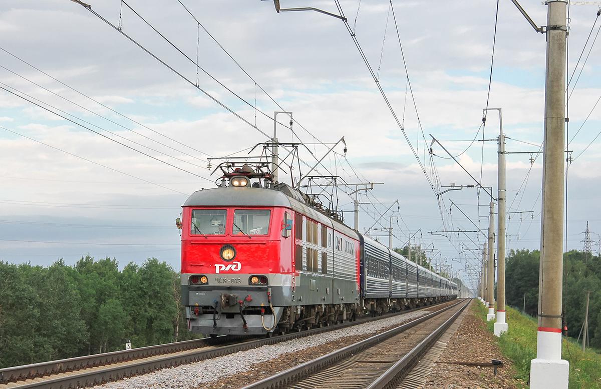 Электровоз ЧС6-013 с поездом №3 «Экспресс», близ платформы Сенеж, перегон Клин — Подсолнечная