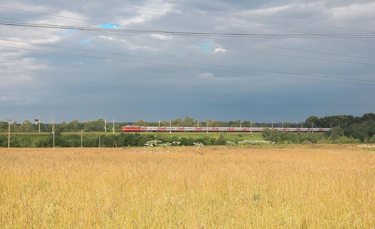 Электровоз ЧС2Т в голове поезда №55, близ платформы Головково, перегон Клин - Подсолнечная