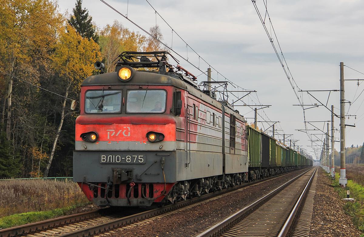 Электровоз ВЛ10-875 в голове грузового поезда, близ платформы Черничная, перегон Решетниково - Завидово