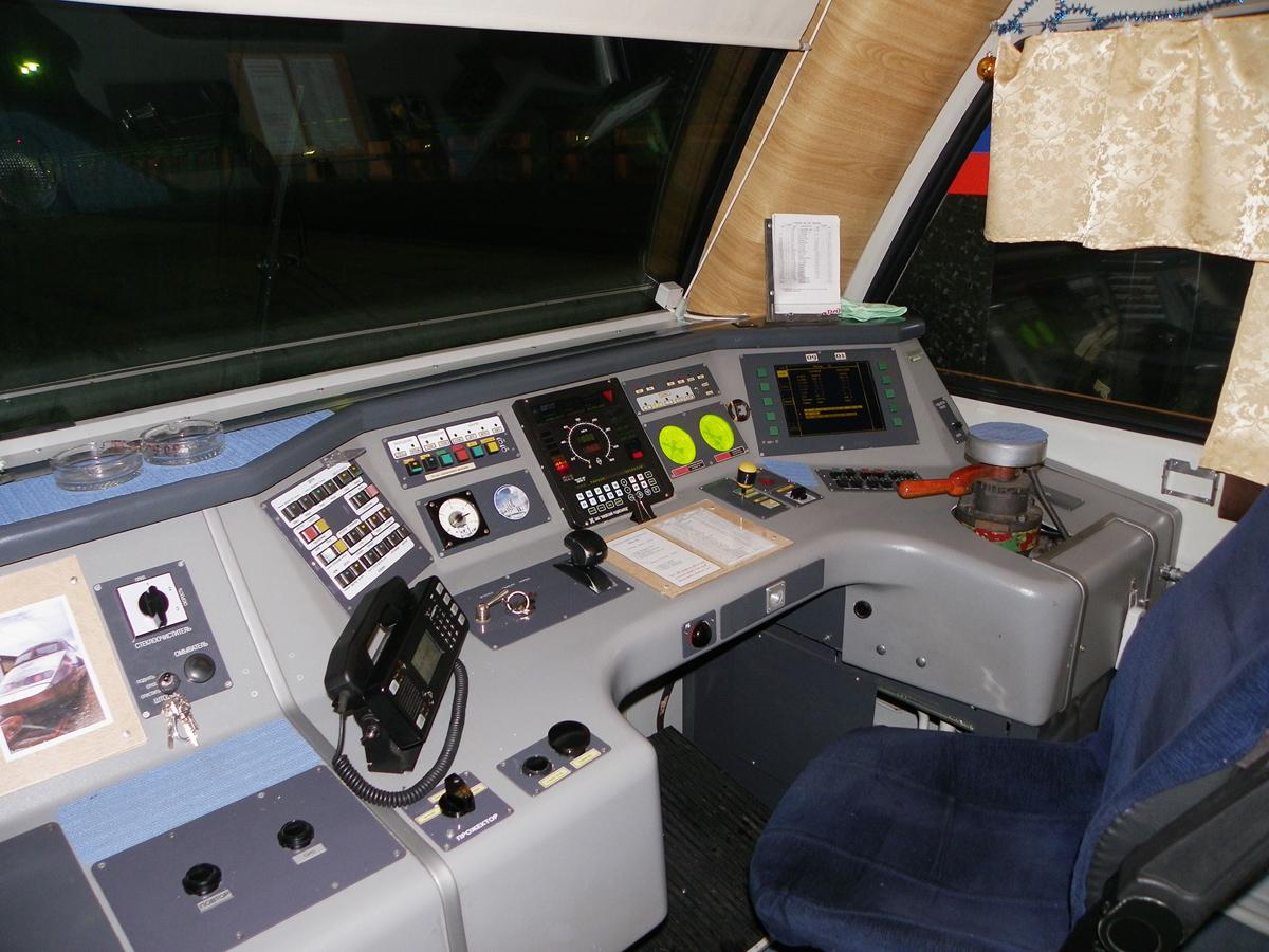 Кабина головного вагона №00501 дизель-электропоезда ДТ1-005, вид правой стороны, рабочее место машиниста