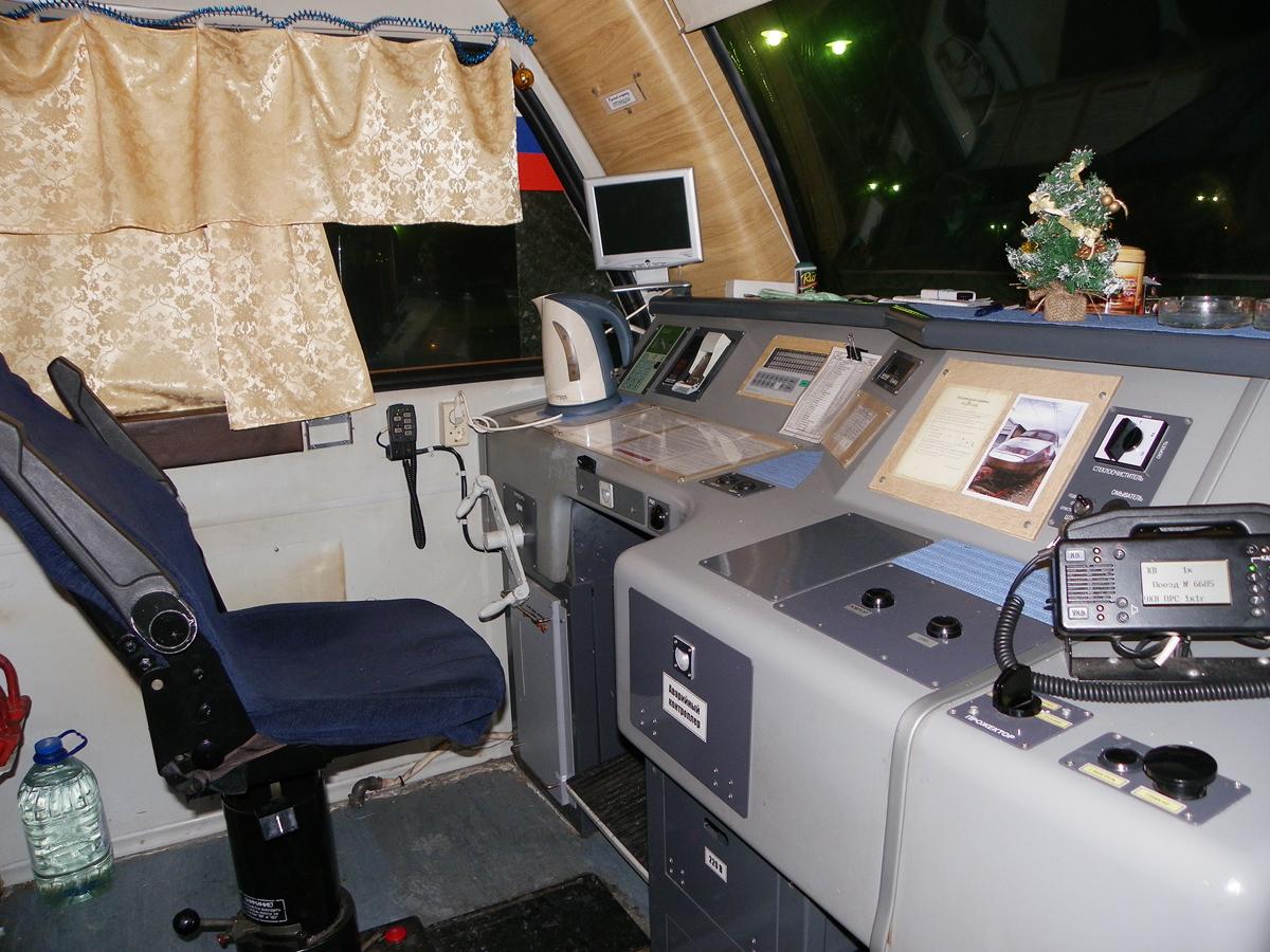 Кабина головного вагона №00501 дизель-электропоезда ДТ1-005, вид левой стороны, рабочее место помощника машиниста