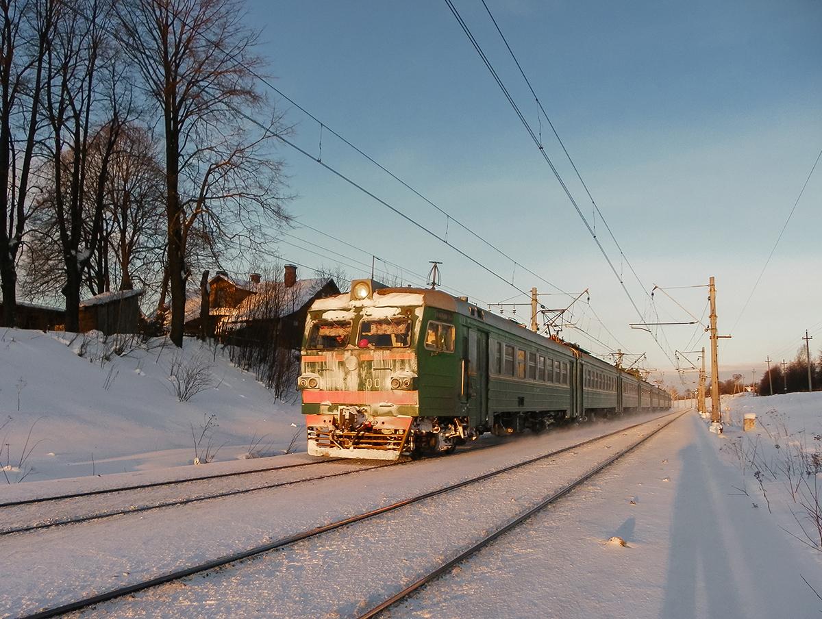 Электропоезд ЭТ2-004 на перегоне Ораниенбаум-I - Новый Петергоф