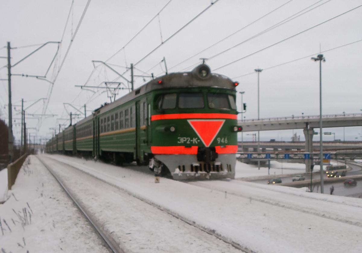 Электропоезд ЭР2К-946 отправляется от платформы Аэропорт, перегон Предпортовая - Шоссейная