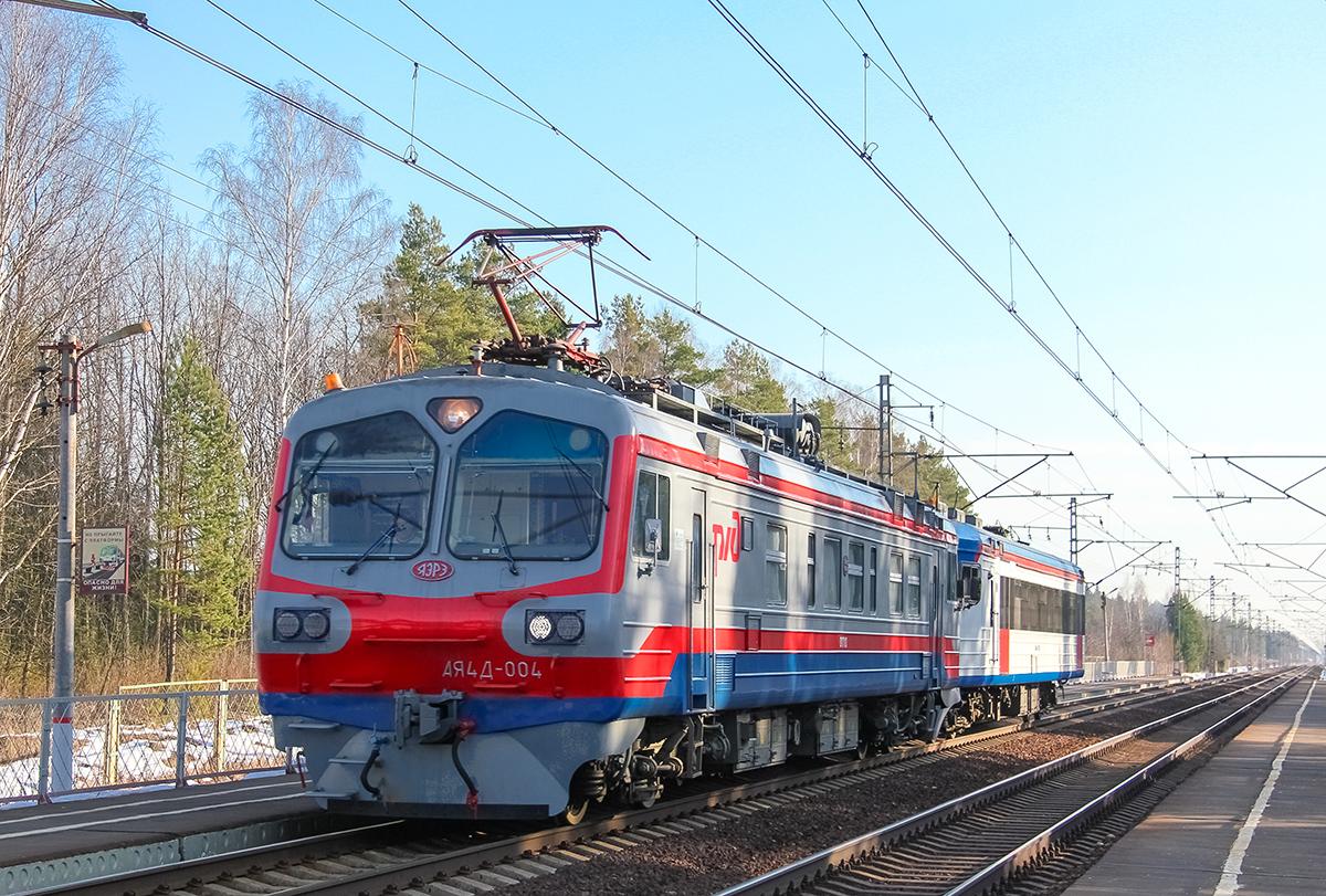 Мотриса АЯ4Д-004 с головным вагоном ЭД4МКУ-0153 проследует платформу Санаторий, перегон Дорошиха - Лихославль