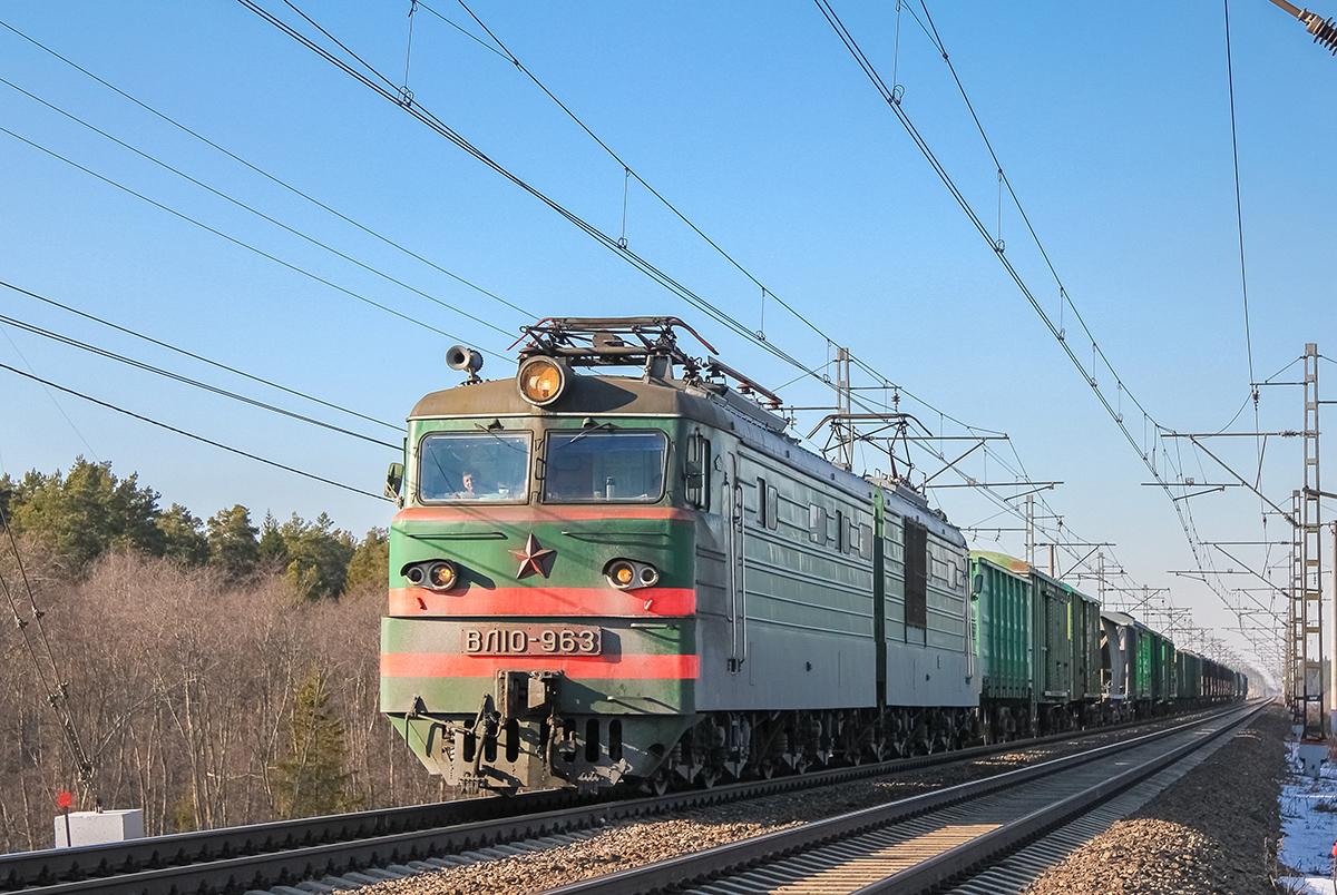 Электровоз ВЛ10-963 с грузовым поездом на перегоне Лихославль - Дорошиха