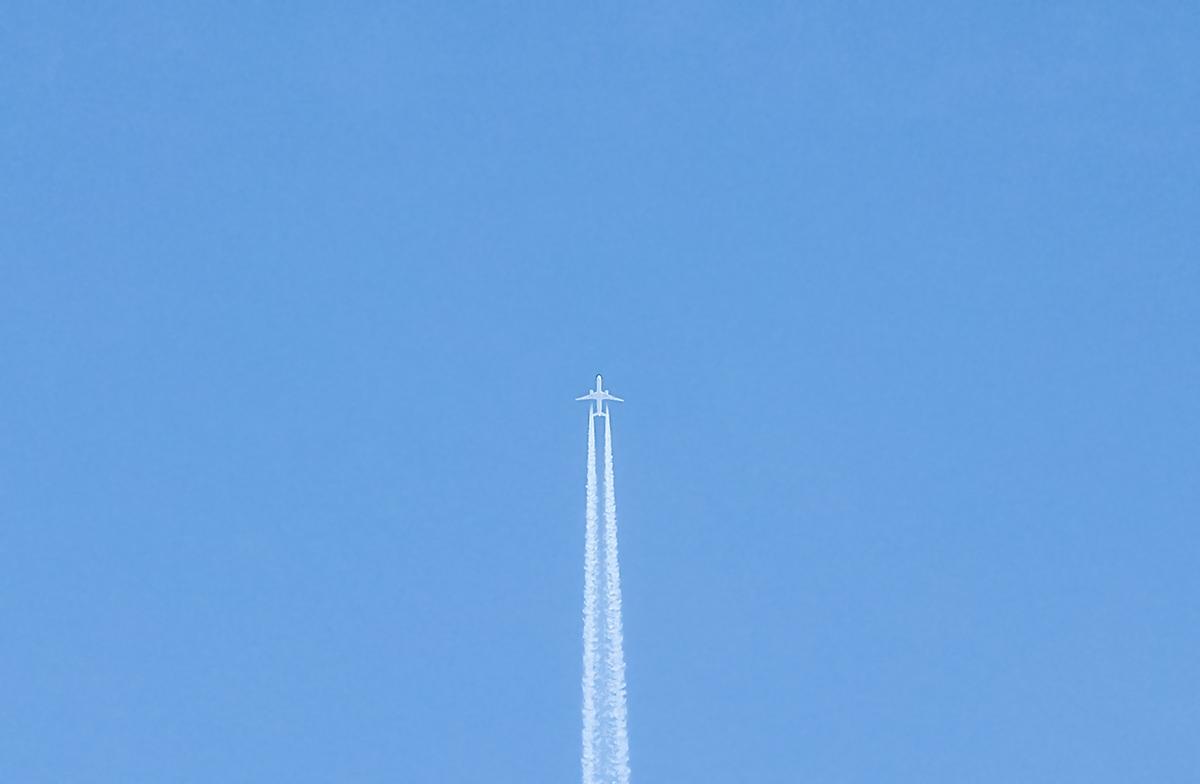 Самолёт в небе над Тверцой
