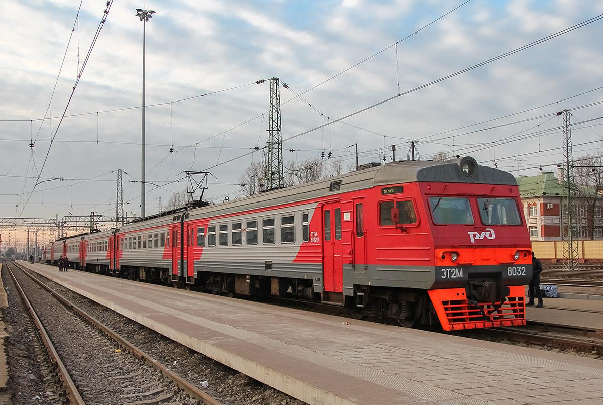 Сборный электропоезд ЭТ2М-8032 на станции Тверь