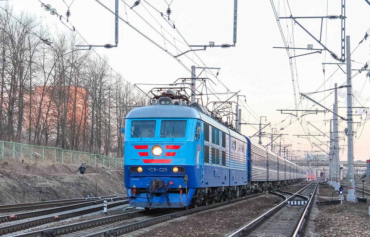 Электровоз ЧС6-025 с поездом №3 «Экспресс» на станции Клин