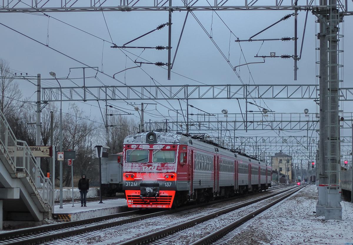 Электропоезд ЭТ2М-137 на станции Окуловка