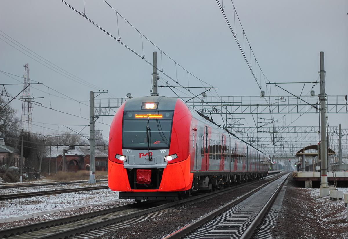 Электропоезд ЭС1-007 на станции Окуловка