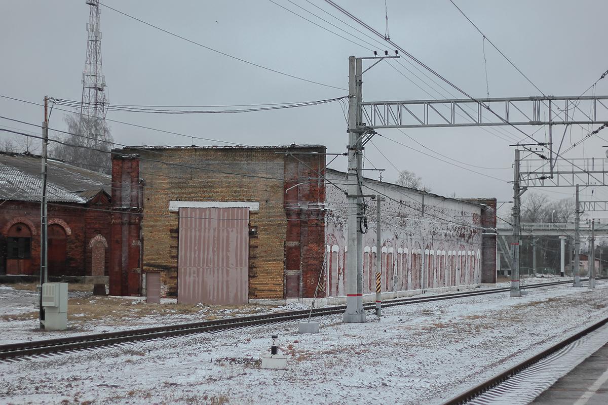 Заброшенный ремонтный цех на станции Окуловка