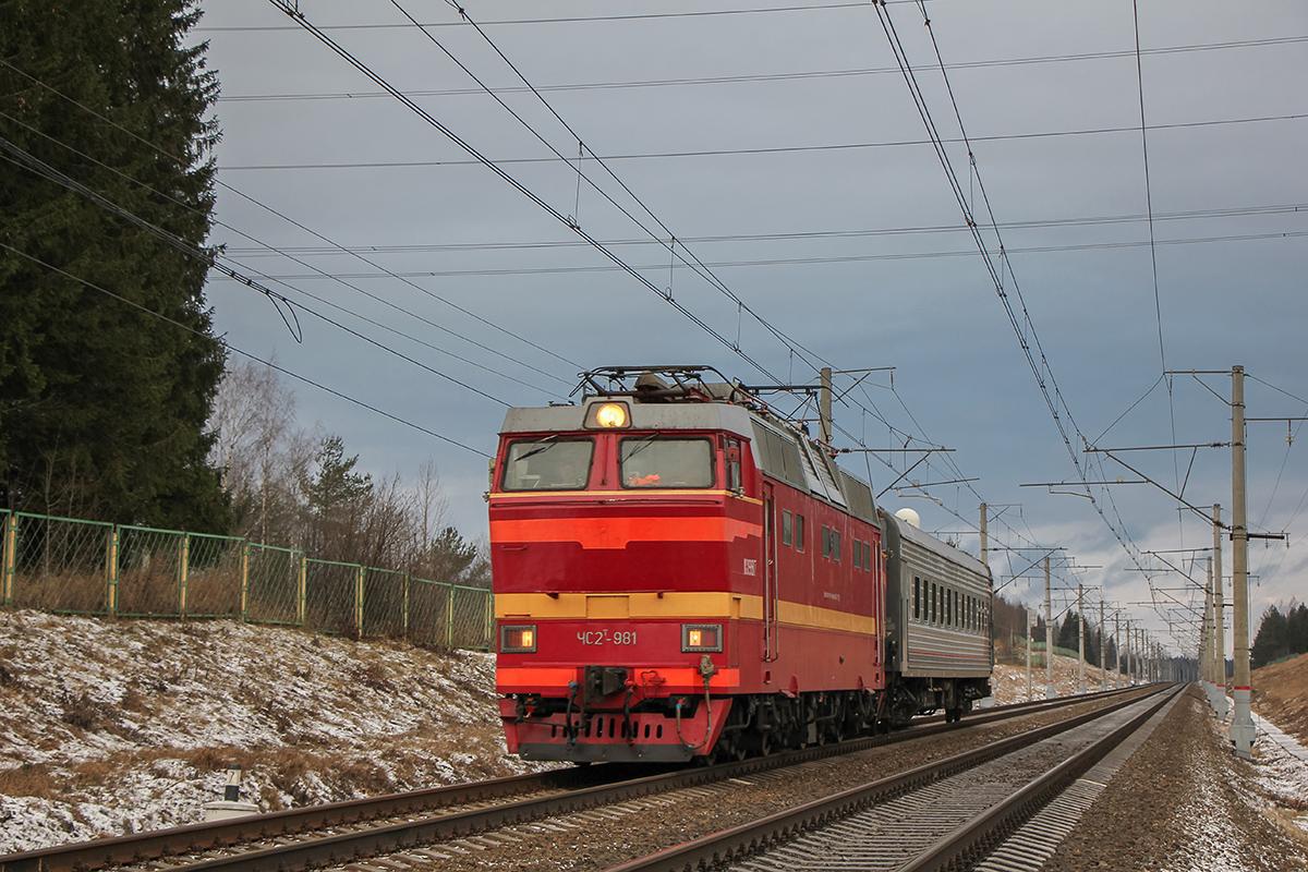 Электровоз ЧС2Т-981 с вагоном, перегон Боровёнка - Окуловка