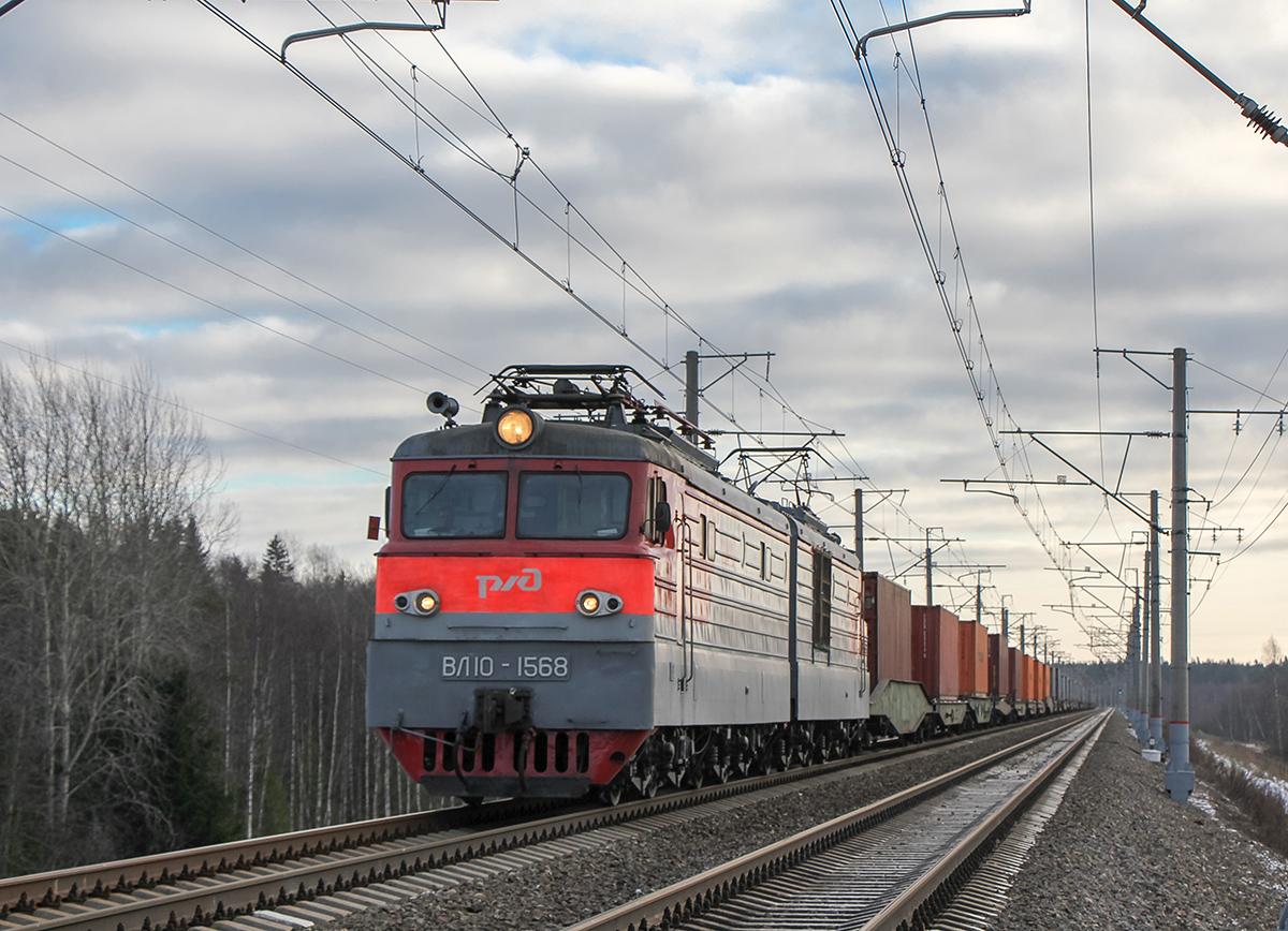 Электровоз ВЛ10-1568 с контейнерным поездом на перегоне Окуловка - Боровёнка