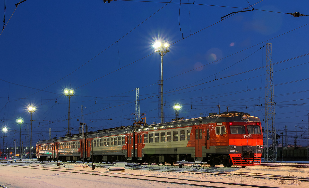 Электропоезд ЭД2Т-0024 на ст. Ярославль-Главный